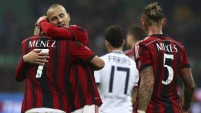 Milan celebra luego de su triunfo sobre Cagliari.