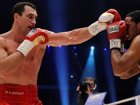 El ucraniano Vladimir Klitschko conservó sus títulos de pe...