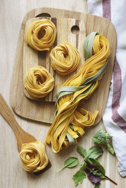 2. Fetuccini con ajo, camarones, tocino y col rizada
