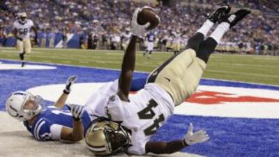 El defensivo Brian Dixon de losNew Orleans Saintsintercepta un pase en...