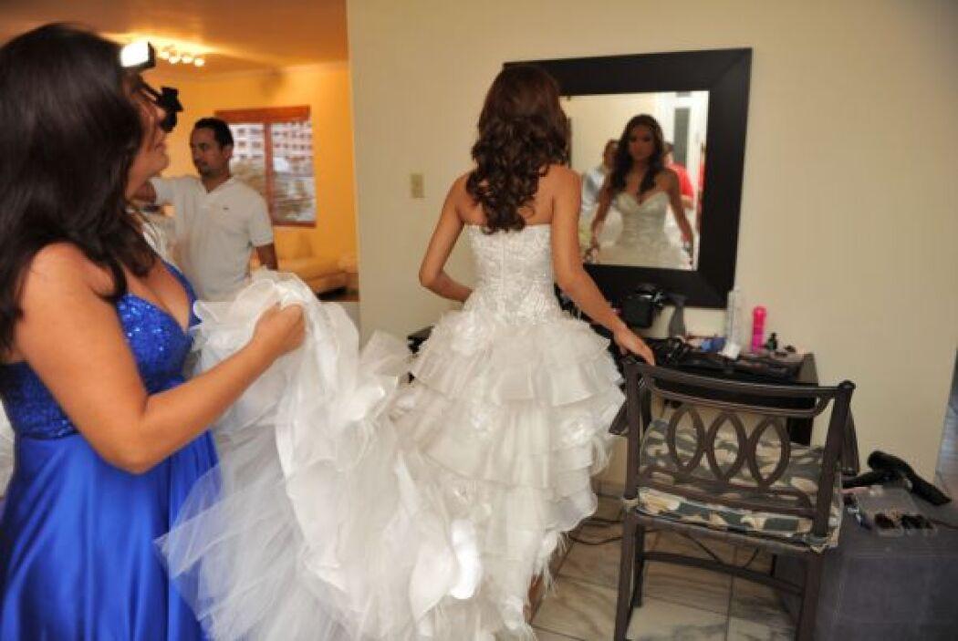 Como cualquier novia, Alejandra no perdió la oportunidad de mirarse al e...