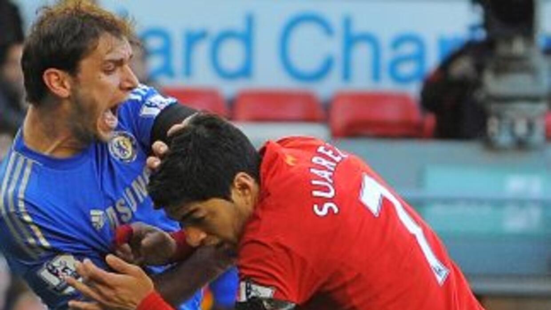 El defensor de los 'Blues' terminó aceptando las disculpas del uruguayo,...