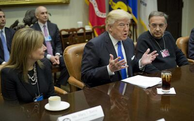 El presidente Donald Trump, junto a la CEO de General Motors, Mary Barra...