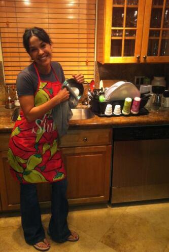 Karla Martínez, como una verdadera ama de casa, se la pasó haciendo las...