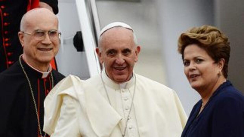 El Papa Francisco junto a la presidenta de Brasil, Dilma Rousseff a su l...