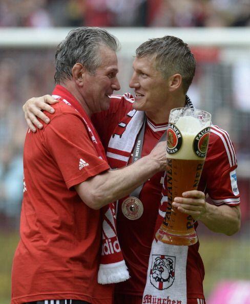 Abrazo de campeones y símbolos del equipo entre Bastian Schweinsteiger...