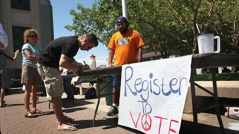 Un estudiante se registra para votar en Denver, Colorado, un estado pénd...