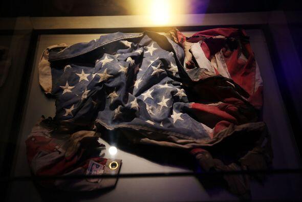 Una bandera de EEUU recuperada entre los restos del World Trade Center.