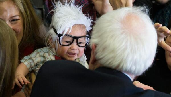 Oliver en un mitin con Bernie Sanders.