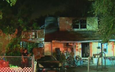 Bomberos de Miami controlaron el incendio en una vivienda y rescataron a...