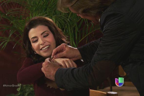 Mariano y Ana le regalan una pulsera de plata a Miriam, para agradecerle...