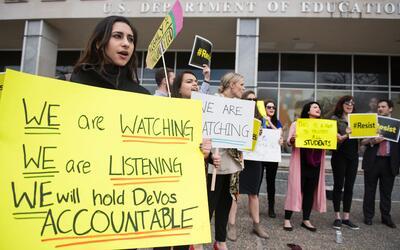Manifestantes se reúnen afuera del Departamento de Educaci&oacute...