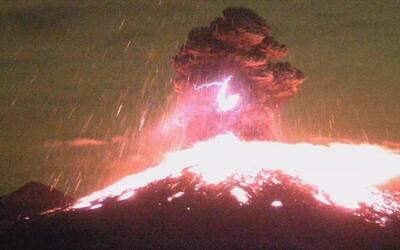 En video: la erupción nocturna del volcán Colima