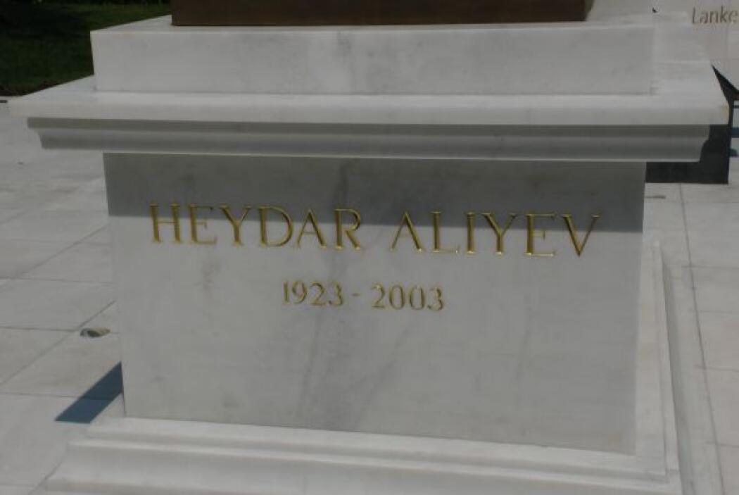 Dos años más tarde Aliyev fue nombrado líder de la nación Soviética de A...