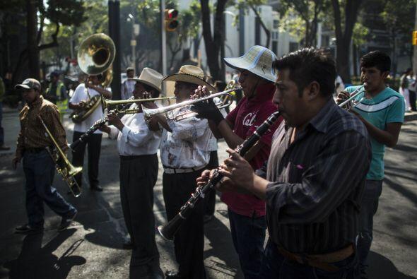 Músicos tocaron durante la marcha.
