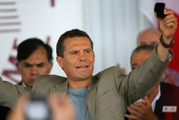 La ovación para Julio César Chávez cuando fue prese...