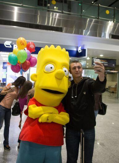 Como una celebridad, se tomó fotos con los aficionados rusos.