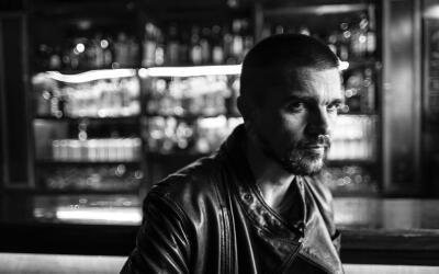 Juanes comparte esta foto exclusiva desde el set donde rueda su nuevo ma...