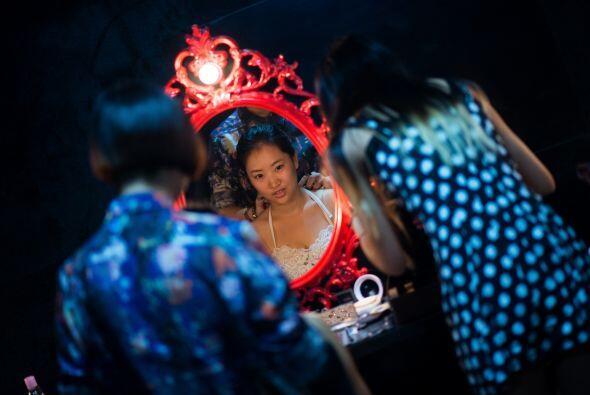 Leng Yuting preparándose para lucir espectacular en las fotos.