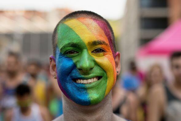 Otro joven en Barcelona pintó su rostro con los colores de la bandera de...