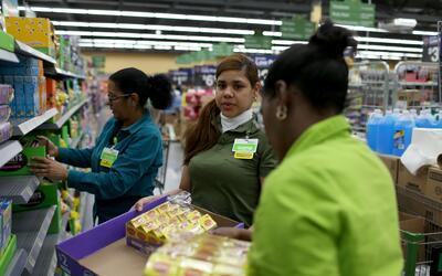 La empleada Yanetsi Grave (en el centro) junto a dos compañeras de traba...