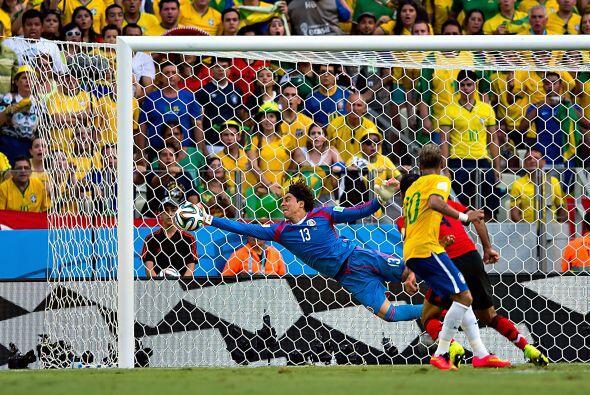 El buen comienzo en la Copa del Mundo, las atajadas de Guillermo Ochoa a...