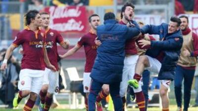 Destro corrió a festejar con sus compañeros al marcar el gol que valió l...