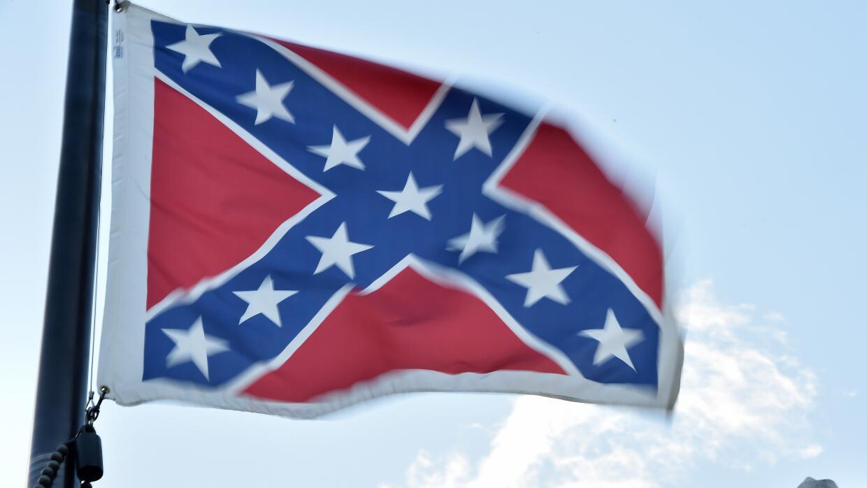 Una bandera confederada ondea en EEUU