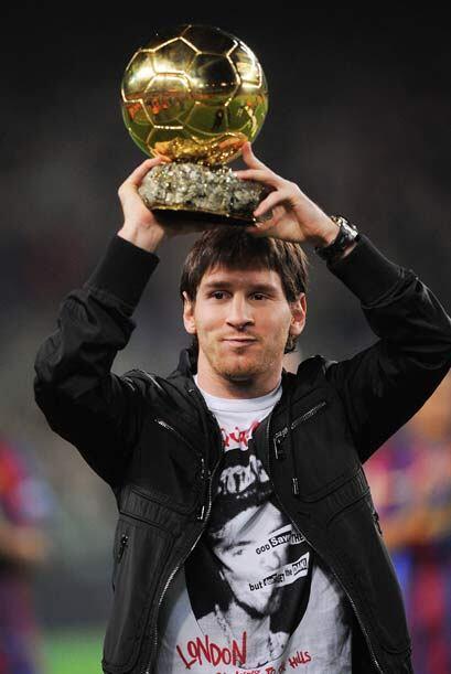 Messi recibió el 'Balón de Oro' de manos de su madre y se...