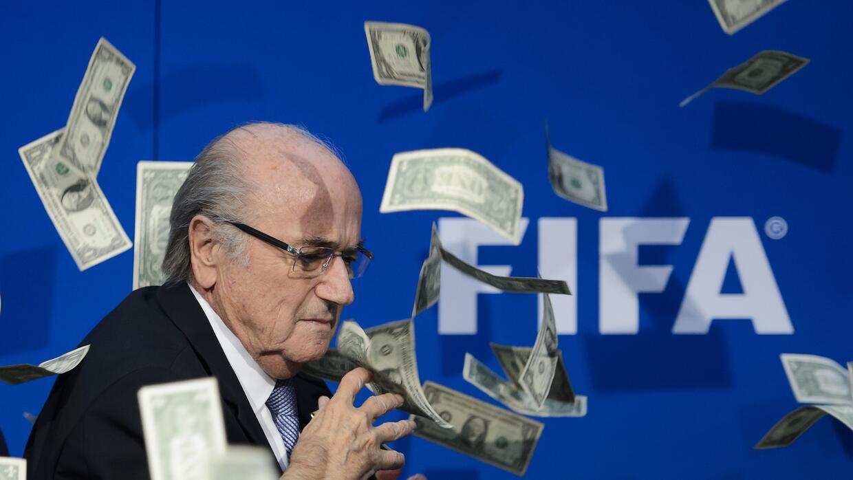 Un cómico británico arroja falsos billetes sobre Blatter en conferencia...