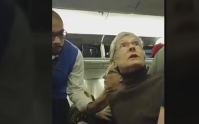 Una mujer es obligada a bajar de un avión tras ofender a partidario de T...