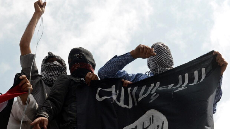 Simpatizantes de ISIS onden una bandera de la organización