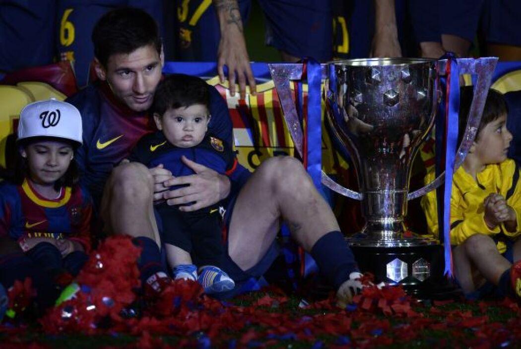 Tras el silbatazo final, el equipo recibió su trofeo como campeón de la...