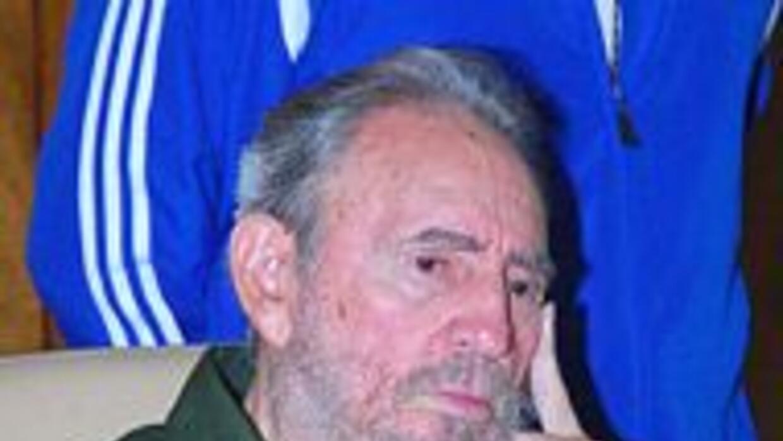 Fidel Castro impacta a cubanos vistiendo de verde olivo en una ceremonia...