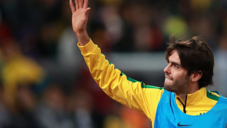 Kaká saluda al público de la selección brasileña