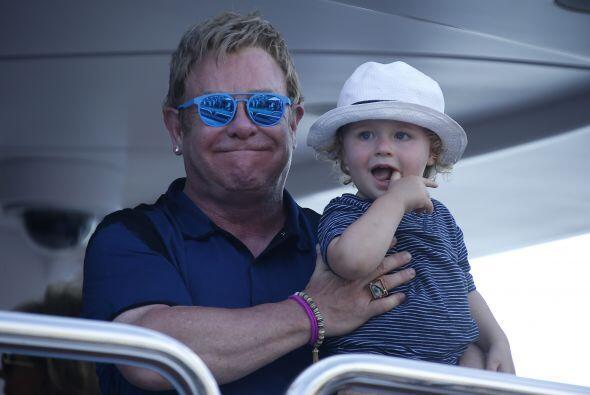 Elton trató de ocultar la emoción que le da pasar tiempo libre con sus r...