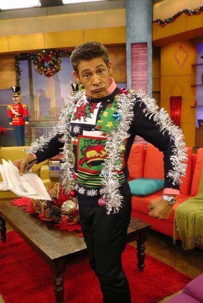 Johnny se colgó el arbolito de navidad entero. ¡Qué bárbaro!