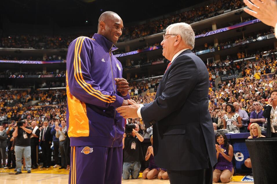 Kobe Bryant es felicitado por el Comisionado de la NBA, David Stern, dur...