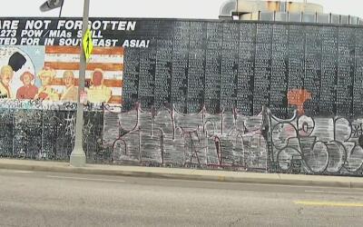 Vándalos dañaron un mural en la ciudad de Venice y cubrieron los nombres...