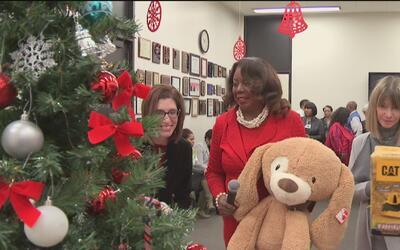 Corte del Circuito del Condado de Cook entregó unos 300 juguetes a niños...