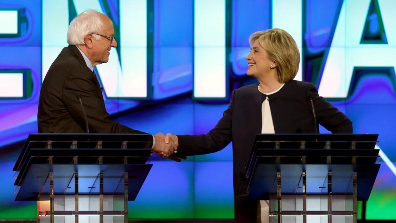 Sanders  Clinton se dan la mano.