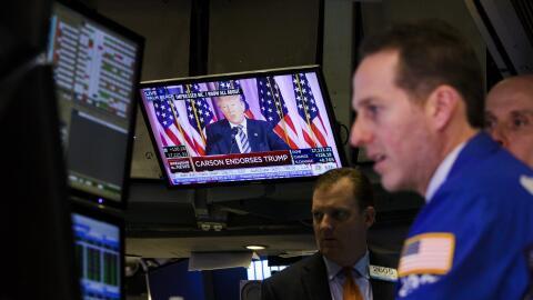 Donald Trump en un televisor en Wall Street, sector contra el que arreme...