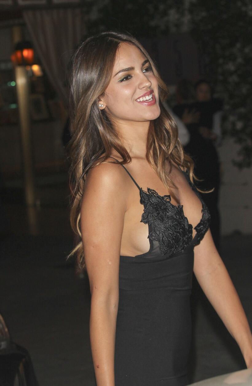 La latina optó por un atrevido escotazo en el estreno de la cinta 'She's...
