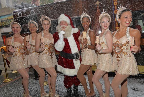 Santa también se divierte con sus bailarinas.