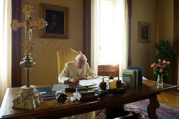 Además de escribir, también pasea por el pasto del palacio pontificio.
