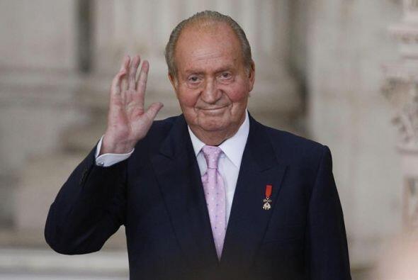 El Rey Juan Carlos saluda, tras firmar la ley por la que abdica del tron...