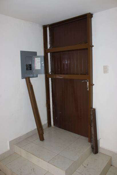 Las puertas de las casas estaban reforzadas con acero, motivo por lo cua...