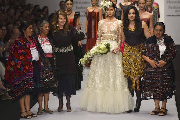 Anahí eligió mostrar el trabajo artesanal de Chiapas en su vestido, y la...