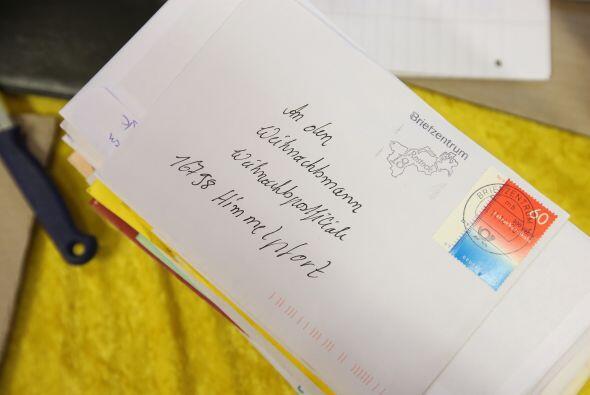 El equipo de los 20 ángeles lee con gusto las cartas que van recibiendo.