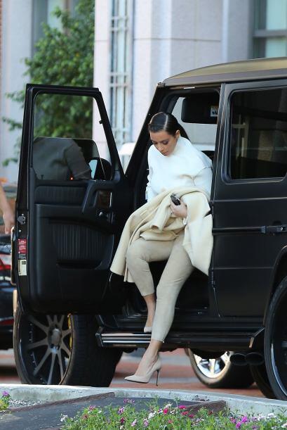 Encontramos a Kim Kardashian corriendo a una reunión de negocios en un h...